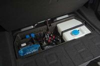 「M4 GTS」の肝となるウオーターインジェクションシステムの水タンクは、トランクルームの床下に設置される。ふたをかぶせれば、通常のトランクルームとして使用できる。