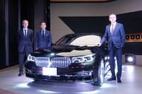 新型「BMW 740Li」の向かって右側に立つのは、ビー・エム・ダブリュー(BMWジャパン)代表取締役社長のペーター・クロンシュナーブル氏。車両を挟み、向かって右側が独BMWデザイン部門 エクステリア・クリエイティブ・ディレクターの永島譲二氏、左側がビー・エム・ダブリュー デベロップメント・ジャパン本部長のルッツ・ロートハルト氏。