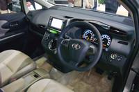 運転席まわりの様子。シフトノブは操作しやすいドライバー側に配置。スポーティグレードのみパドルシフトが備わる。
