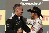 5年ぶりのアメリカGPを制した、マクラーレン・メルセデスのルイス・ハミルトン(写真右)。今シーズン4勝目、自身通算21勝目を飾った2008年チャンピオンは、今季限りで離れるマクラーレンのボス、マーティン・ウィットマーシュと表彰台で喜びを分かち合った。(Photo=McLaren)
