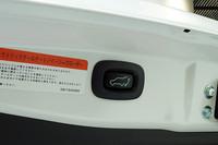 国産ミドルクラスSUVとしていち早く電動テールゲートを備えるなど、充実した装備も新型「アウトランダー」の特長。