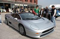 1993年式XJ220。88年のバーミンガムショーでプロトタイプがデビューし、91年の東京モーターショーで生産型が発表された、当時世界最高の時速220マイル(約352km)を謳ったスーパースポーツ。V6DOHC3.5リッターツインターボエンジンを積む。