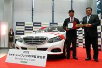 読売巨人軍の村田修一選手(左)と、ヤナセの井出健義 代表取締役社長(右)。