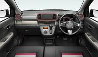 """「パッソ モーダ""""Gパッケージ""""」のインストゥルメントパネルまわり。標準車とはデザインだけでなく、一部収納スペースの設計も異なる。"""