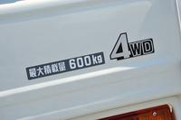 最大積載重量は、「バン」が2人乗車時で500kg、5人乗車時で350kgなのに対し、「ピックアップ」は600kgとなっている。