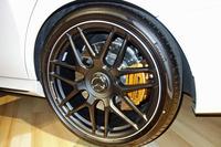 タイヤは265/35ZR20サイズの「ピレリPゼロ」を装着する。写真の「AMGカーボンセラミックブレーキ」は、110万円のオプション装備。