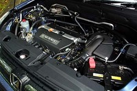 「10・15モード」で13.0km/リッターの燃費(平成22年燃費基準適合)、排出ガスに関しては、平成12年規制値の50%以下(HC、NOx)を実現した。