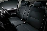 シルバーのパイピングを持つブラックのファブリックシートが装着される。