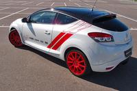 真っ赤なアロイホイールはスピードライン製のもので、サイズは19インチ。ボディーカラーは「ブラン ナクレM」(白のメタリック)×黒いルーフのツートンカラーのみとなる。