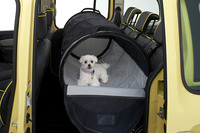ペット用の簡易ドライブハウスであるベルトチューブ。ペットが車内で安全に遊ぶことができる。