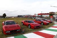 フェラーリのテストコース、ピスタ・ディ・フィオラーノにずらりと並んだコンクールデレガンス参加車たち。ここは「288GTO」の一群。