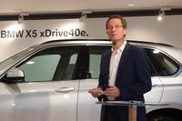 発表会では、「xDrive40e」を含む「X5」の開発責任者であるゲルハルト・ティール氏も登壇。車両の解説を行った。BMWとしては今後、「3シリーズ」「2シリーズ アクティブツアラー」「7シリーズ」をベースとしたプラグインハイブリッドモデルも市場に投入する計画だという。