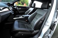 「E250アバンギャルド」のフロントシート。「レザーDINAMICA」と呼ばれる、合皮とスエード調ファブリックのコンビネーションシートが標準となる。