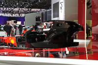 フェラーリは、次期スペシャルモデルのためのカーボンコンポジット製センターモノコックを公開した。