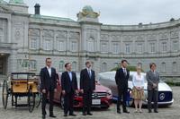 新型「Eクラス」の発表会は、「自動車の最先端安全技術に関する国際交流会」というイベントと同時開催された。場所は迎賓館赤坂離宮の前庭。写真は、来賓とともに撮影に応じるメルセデス・ベンツ日本 代表取締役社長の上野金太郎氏(向かって右から3番目)。