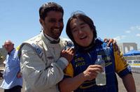 カメラの前で新井敏弘(右)とおどけるのは、今回のPWRC戦を制したナッサー・アル-アティヤー。新井は5位でラリーを終えた。