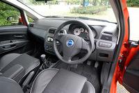 通常の「1.4 16V スポーツ」(209.0万円)に対して、レザー仕様は、スポーツレザーシート、運転席電動ランバーサポート、小物入れ付きセンターアームレストが追加装備される。