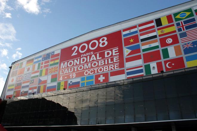 今回のパリショーも会場はいつもと同じ、パリ市の南西端ポルト・ド・ヴェルサイユにあるエクスポで開催。正面の看板も例年と変わらぬデザイン。「パリサロン」と呼ばれるのは、昔はSalon de l'Autoという名称だったからなのです。