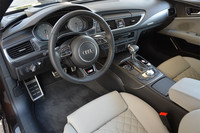 「S7スポーツバック」の運転席まわり。しま模様のパネル類は、ウッドとアルミの積層材をスライスしたもの。