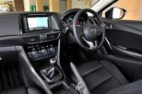 機械式のサイドブレーキを踏襲するなど、運転席まわりの機能や装備は比較的コンベンショナル。試乗車はディーラーオプションのパイオニア製HDDナビ(19万4000円)を装備していた。