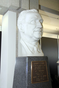 センター内通路にあるアルバート・コボ像。