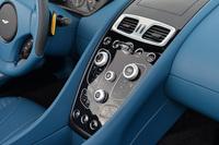 センターパネルにはスマートフォンやタブレットを思わせるタッチセンサースイッチが並ぶ。スイッチを操作するとタッチスクリーンがわずかに振動する触感フィードバック機能を備えている。
