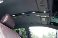 天井には、白色LEDのルームランプが後席に向かって連なる。