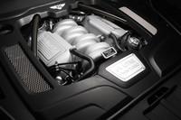 伝統的なOHV方式ながら、可変カム位相や可変シリンダーといった最新のメカニズムも併せ持つ、V8エンジン。クルージング時は8気筒の半分を休止、V4エンジンとして稼動することで燃費を向上させる。