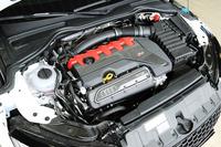 オールアルミの2.5リッター直5ターボエンジンを搭載する。単体で26kgの軽量化を果たすとともに、従来モデルを60ps上回る、400psの最高出力を実現した。