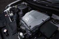 2リッター直4エンジンにモーターを組み合わせる「アウトランダーPHEV」のパワーユニット。リアにもモーターが搭載されており、4輪を駆動する。