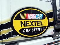 NASCARは市販車に近いカタチの「ストックカー」でオーバルコースをメインに走るレース。なかでも「ネクステルカップ」はNASCARの最高峰カテゴリーとなる。アメリカの携帯電話事業者であるスプリント・ネクステルが冠スポンサーだ。最近では、F1のトップドライバー、ファン・パブロ・モントーヤが電撃的な転向を表明したことでも脚光を浴びている。