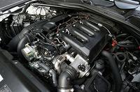 エンジンカバーをはずしても、補器類でエンジン本体はほとんど見えない。インテークマニフォルドの中央下にある金属の管が「コモンレール」。ここを通して、気筒ごとに設けられた燃料噴射装置に高圧で燃料が供給される。