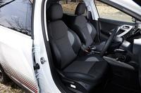 シートはファブリックとテップレザーのコンビタイプで、前席にはヒーターが標準装備される。