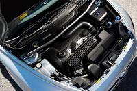 全車、サス取り付け部にはストラットタワーバー。写真は、2.5リッターターボユニット。