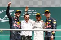 F1第12戦ドイツGPを制したメルセデスのルイス・ハミルトン(右から2番目)、2位でチェッカードフラッグを受けたレッドブルのダニエル・リカルド(一番左)、同じくレッドブルをドライブし3位でゴールしたマックス・フェルスタッペン(一番右)。(Photo=Mercedes)