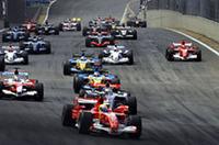 オープニングラップ、ポールポジションのマッサを先頭に1コーナーへ。予選のマシントラブルで10番グリッドからスタートしたシューマッハーのフェラーリは、コース左側からBMWの2台を追い抜こうとする。(写真=Ferrari)