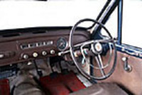 インパネやステアリングホイールはクラウンRSと共通。計器類は円形メーターが速度計、横長コンビメーターは左から油圧/電流/燃料/水温計。
