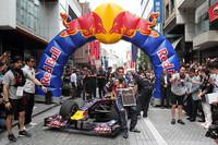 レッドブルF1、横浜・元町SSをデモ走行