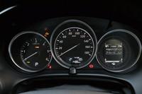 ガソリンモデルよりレブリミットが低い回転計(写真左)は、ディーゼルモデルならでは。右側の液晶画面に見られる「i-DM」は、他のマツダ車にも採用された、ドライバーにスムーズな運転を促すための機能である。