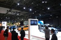 第44回東京モーターショーにおけるスバルブースの様子。