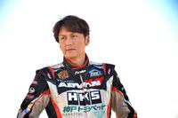 谷口信輝(たにぐち のぶてる) 1971年生まれのレーシングドライバー。「トヨタ・アルテッツァ ワンメイクレース」を皮切りに、30歳で本格的にレース活動を開始。以来、スーパー耐久のST1クラスやSUPER GTのGT300クラスでチャンピオンを獲得するなど、国内のレースで数々の勝利を重ねる。