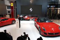 プレスカンファレンスで挨拶をする、フェラーリのアメデオ・フェリーザCEO。