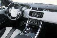 「レンジローバー スポーツSVR」のインテリア。有償で、ドアやセンターコンソール、ダッシュボードなどにカーボンパネルを用いた仕様も選択できる。