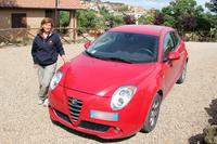 ガブリエラさんと「アルファ・ロメオ ミト JTD ターボディーゼル」。彼女が管理人を務めるアグリトゥリズモ「ポッジョ・ディ・モンテドーロ」の庭にて。