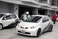 プロドライバーの駆るオフィシャルカーとGAZOO Racingのマシンに乗ることができる「同乗体験走行」。写真は2010年1月の東京オートサロンでデビューした、「トヨタ・アイゴ」をベースとする「FRハッチバックコンセプト」に同乗する権利を抽選で引き当てた幸運な来場者。
