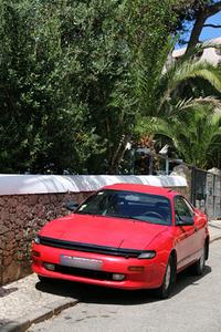 1980年代の後半の「トヨタ・セリカ」も生きていた。上の「プント」とともに、カスカイスにて。