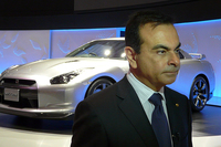 日産自動車のカルロス・ゴーン社長と「GT-R」