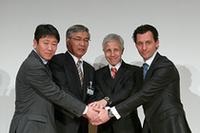 左から、岡山国際サーキットの細井大志朗取締役支配人、横浜ゴムの南雲忠信社長、FIAのファビオ・ラヴァイオリ氏、WTCC放送権を持つユーロスポーツのフランソワ・リベイロ氏。WTCC日本開催に向けて協力を誓う。