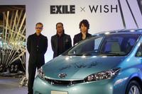 発表会場にゲスト出演した「EXILE」のATSUSHIさん(左)、HIROさん(中)、TAKAHIROさん(右)。