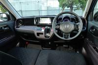 インテリアの様子。前席はご覧のようなベンチ式で、左右方向のウオークスルーが可能。全車、抗菌タイプのシート表皮(アレルクリーンシート)が採用されている。